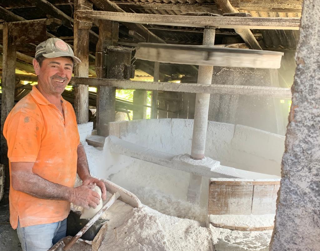Farinha de mandioca preserva tradição dos engenhos em muitos municípios brasileiros.